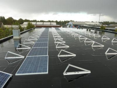 Monteren van zonnepanelen plat dak