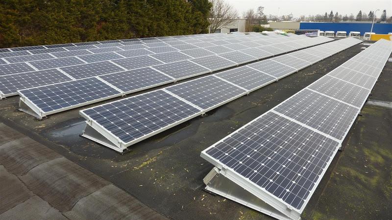 Zonnepanelen op groot plat dak in Hengelo