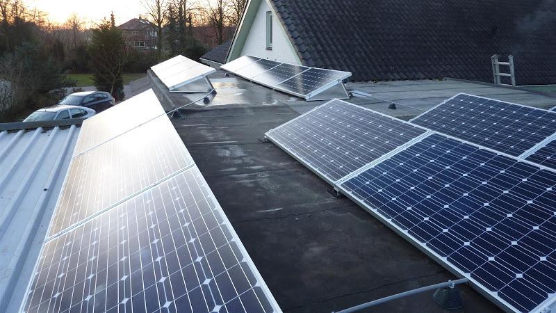 Zonnepanelen op plat dak in Glane