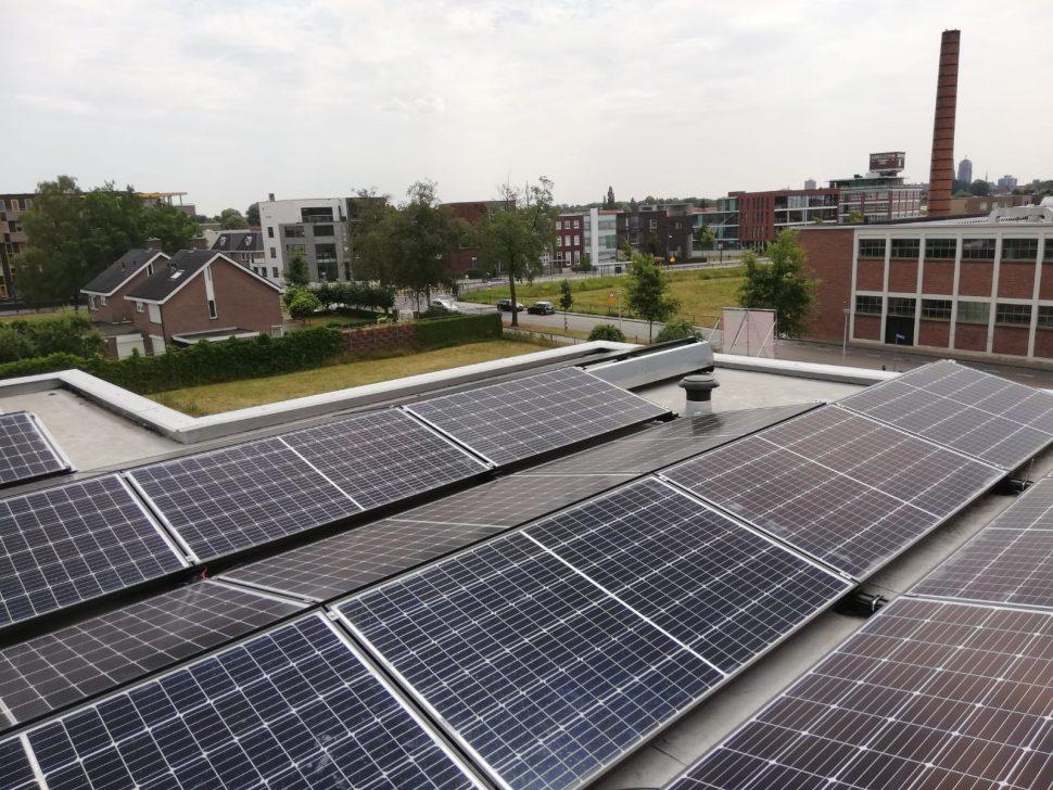 Zonnepanelen op kantoorgebouw in Enschede