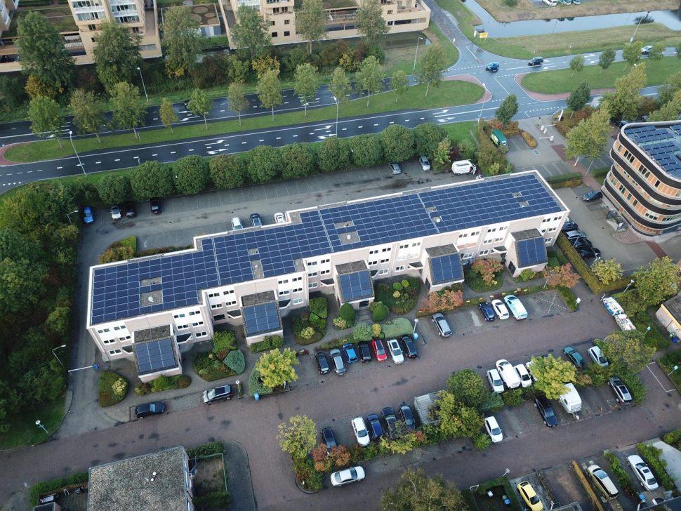 Zonnepanelen op bedrijfsdak HKV