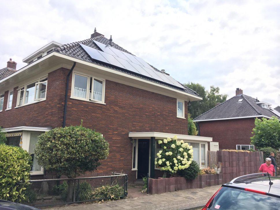 Jinko zonnepanelen op dak in Hengelo