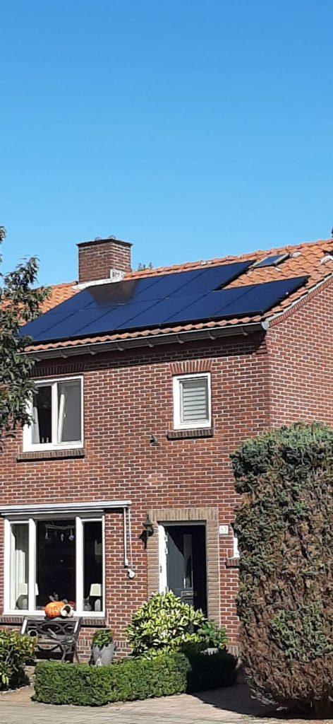 Jinko zonnepanelen op dak in Wierden