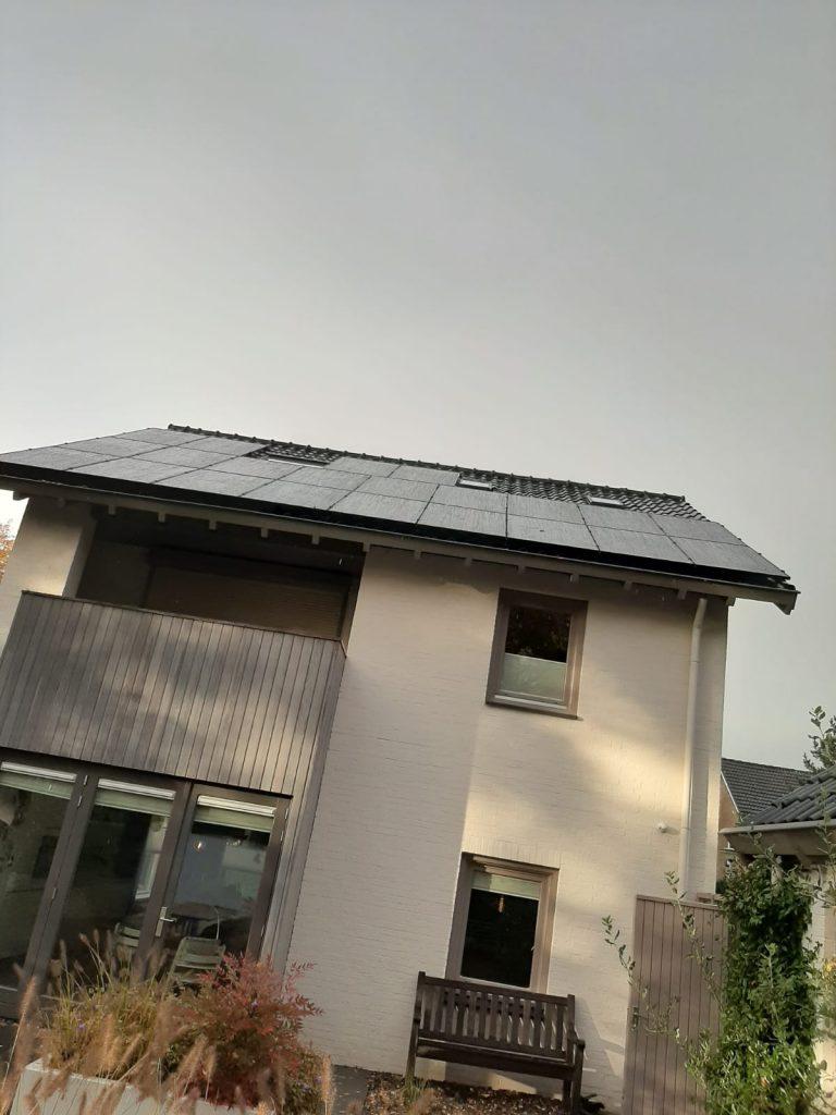 Jinko zonnepanelen op dak in Enschede
